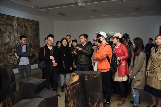 北京电影学院当代艺术研究院执行院长、展览艺术总监冯放为观众做导览