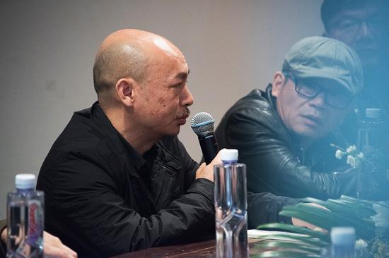 参展艺术家张方白在研讨会上发言