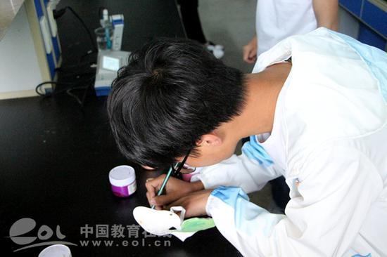 data-mcesrc=http://www.eol.cn/zhejiang/zhejiang_news/201804/W020180418817921120675.jpg