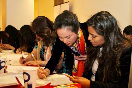 樊蕾现场教授绘画工笔牡丹花的技法