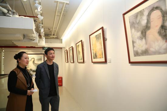 张岩向杨卫介绍自己的国画作品