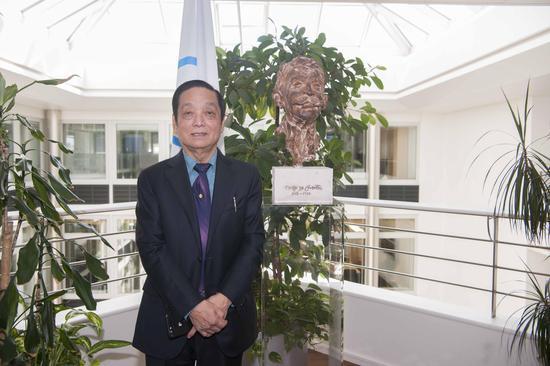 国际奥委会总部,顾拜旦塑像前的韩美林