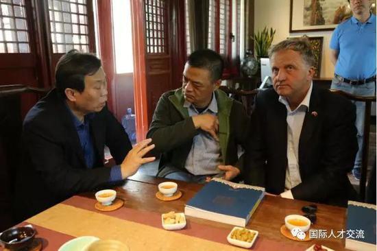 索锋副秘书长向伊日·瓦夫拉先生介绍北京国际人才交流协会情况
