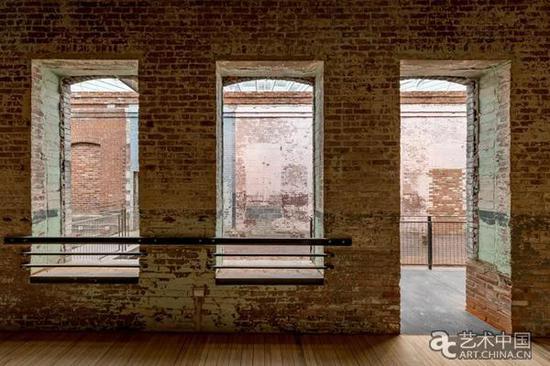 """游客可以看到园区内新旧杂陈,墙面褪色,凹凸不平,裸露而粗凿的手工建筑内部以及指向曾经为工厂的""""鬼魂""""建筑。"""