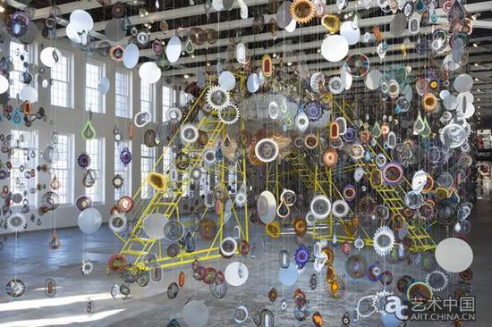 """尼克·凯夫(Nick Cave)的""""直到""""展览,展陈在莫卡足球场大小的空间里,展示了该机构对大型开放式作品的关注。"""
