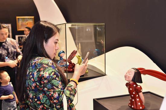 """京东艺术""""新声""""展览吸引着游客们的驻足"""