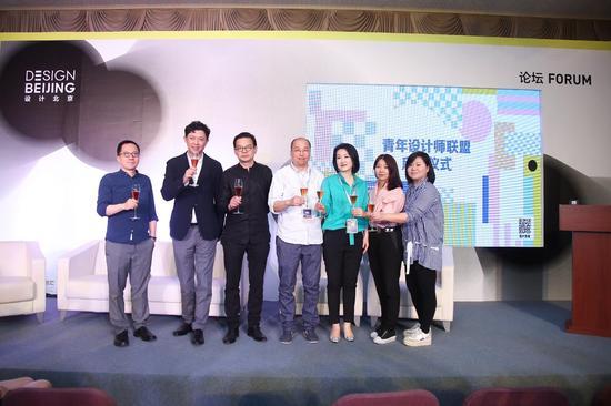 青年设计师联盟启动仪式(自左-右)于路、董梦阳、曾辉、林松、李朝菲、冷雨璇、张朵举杯祝贺