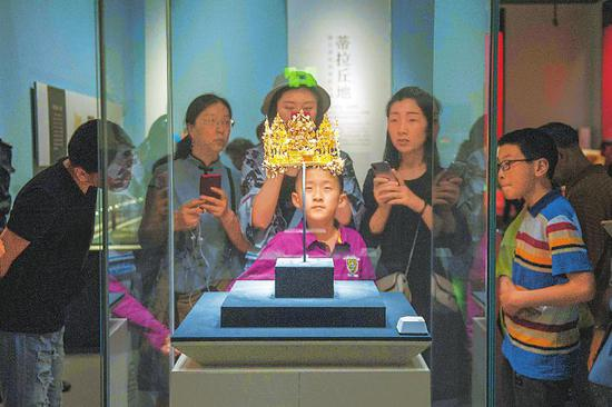 游客在故宫选购文创产品