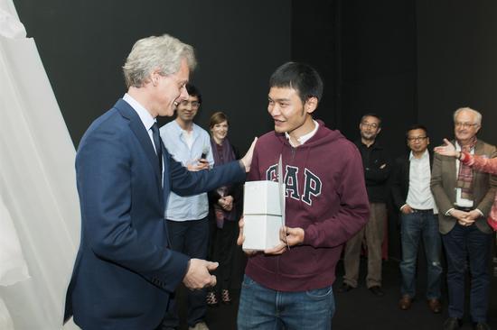 法国娇兰全球总裁兼首席执行官Laurent Boillot 与 获奖艺术家欧阳苏龙