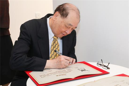 台湾前文化部长_洪孟启签定证书