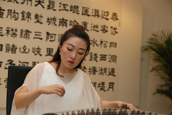 古筝青年演奏家,首都师范大学教授崔扬女士现场演奏古筝曲《渔歌唱晚》