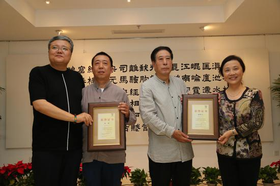 视觉经典美术馆馆长吴华女士、主办方刘阳先生为蒲秉义、高强先生颁发证书