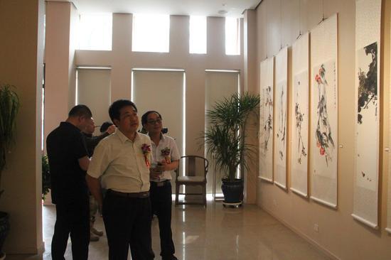 遵化市文联主席张立军先生(左)、遵化市美术家协会主席刘东风先生(右)观看画展