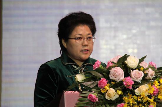 内蒙古自治区副主席艾丽华在开幕式上致辞
