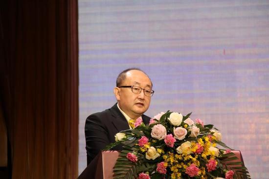 内蒙古草原文化保护发展基金会理事长葛健博士主持开幕式