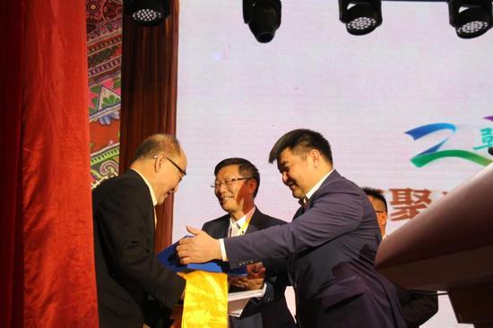 蒙古国科学院历史,考古分院院长斯 朝伦教授向内蒙古草原文化保护发展基金会理事长葛健博士赠书