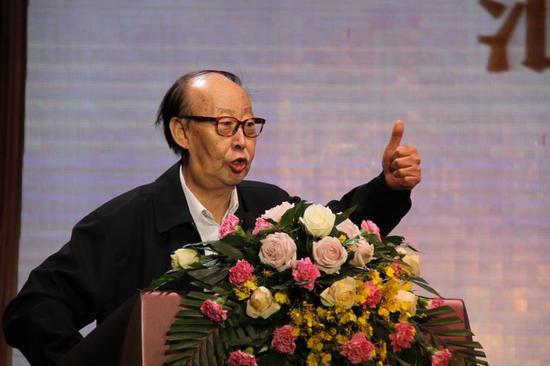 著名歌唱家拉苏荣在开幕式上发言
