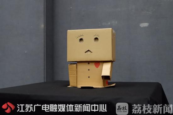 创意:废旧快递盒变身艺术品