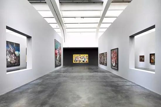 """""""曾梵志:散步""""展览现场光效, 图片来源尤伦斯当代艺术中心"""