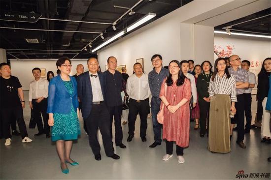 开幕式现场,出席嘉宾与参展艺术家共同观展