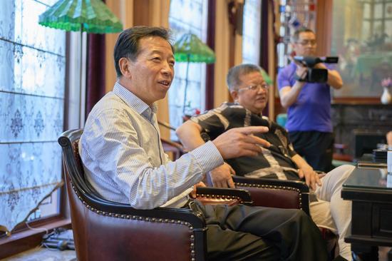 华星集团董事长杨殿中和艺术家交流