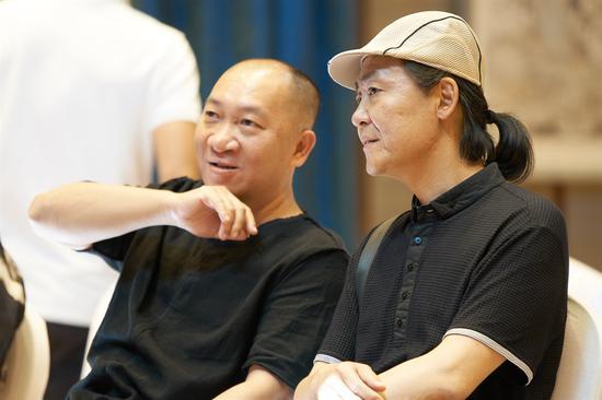 画家郭子良和李晓松在交流
