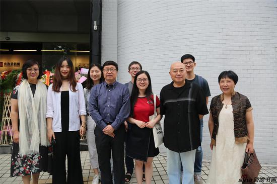 黄正明老师的研究生与参展艺术家合影