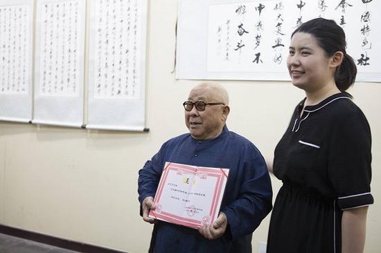 北京大观园管理委员会向刘忠芳颁发馆藏书法作品证书