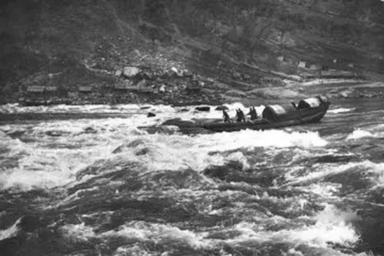 1946年美国摄影师Dmitri Kessel拍摄的三峡船只