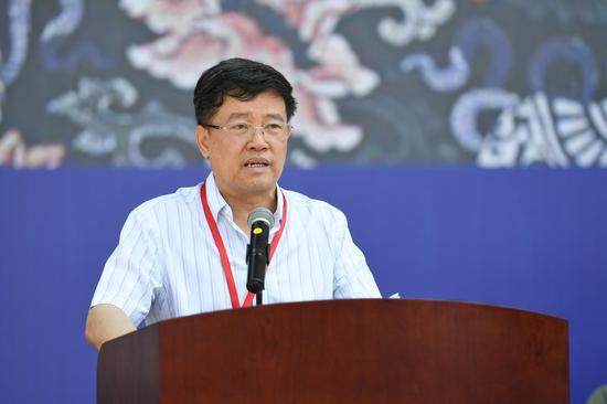 艺术家代表、中国美协理事、中国画艺委会委员、海军政治工作部文艺创作室副主任邹立颖致辞
