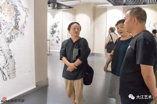 著名画家林峰及其夫人在展览现场