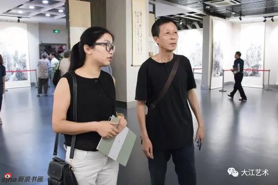 洪都中学美术老师徐南新(右)和青年画家程琳在观展时交流