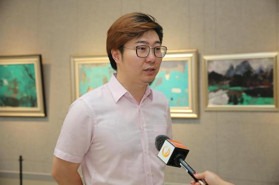 本次画展执行策展、桂林市花桥美术馆宣传部主任吴莘岚接受桂林电视台采访