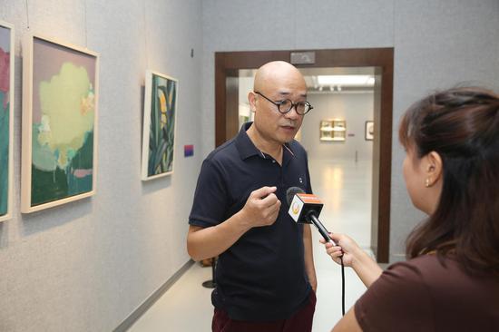 本次画展学术主持、桂林市油画艺委会主任肖瑶宁接受桂林电视台采访