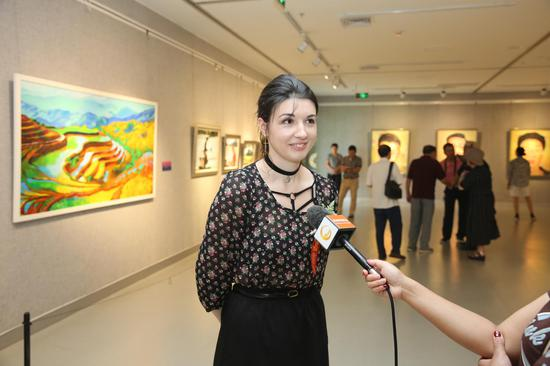 本次画展参展画家来自俄罗斯的阿娜斯塔嘉接受桂林电视台采访