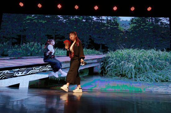 """江南大学""""碳酸茶""""团队带来的传统非遗与嘻哈说唱相结合""""中国有节气""""节目表演"""