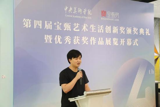 届获奖学生代表2017届中国画学院花鸟系毕业生张峻滔发言