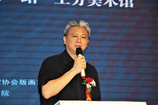 广州美术学院党委副书记、中国美术家协会艺术委员会副主任黄启明教授