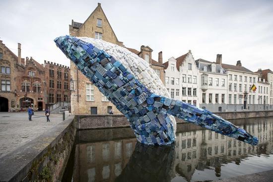 艺术家用五吨海洋塑料废物组成的鲸鱼雕塑