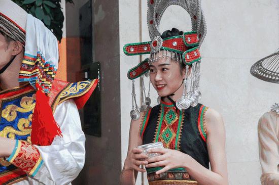 """云南少数民族同胞欢迎""""亲朋好友""""的到来"""
