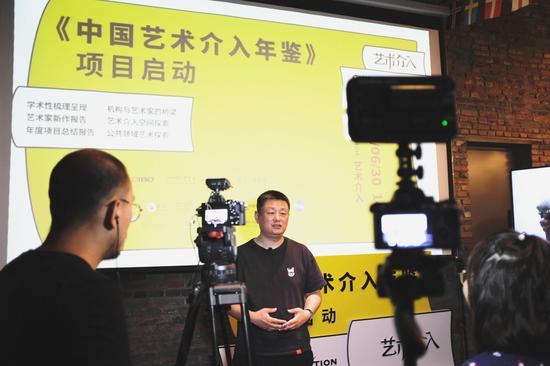 赵力老师接受现场媒体采访