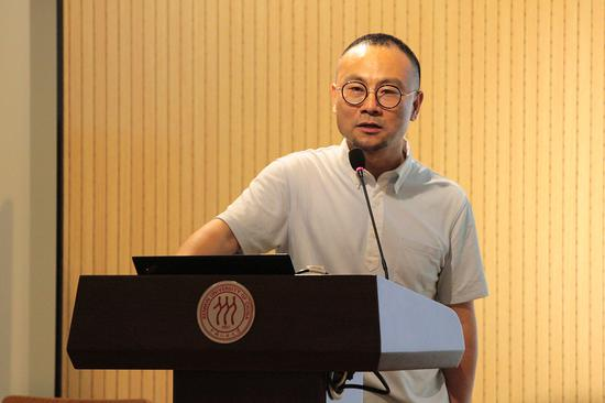 中国人民大学艺术学院设计系主任陈炯主持开班典礼