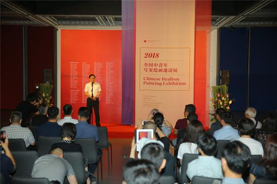 中国美协分党组书记、驻会副主席、秘书长徐里上台致辞
