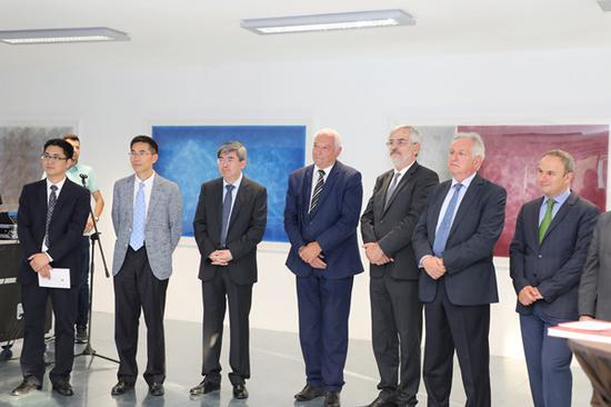 保加利亚文化部副部长迪米特夫(左四)、中国驻保加利亚大使张海舟(左三)、罗马尼亚驻保加利亚大使噶雷尔(右一)、塞尔维亚驻保加利亚大使车尔古斯(右二)、 波黑驻保加利亚大使波格达诺维奇(右三)、中国驻保加利亚大使馆文化参赞顾洪兴(左二)、索非亚中国文化中心主任屠雪松(左一)等在展览开幕式现场