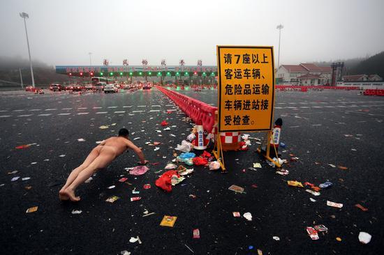 《那一刻》2015年2月28日 湖南南风坳收费站垃圾景观 作品1号