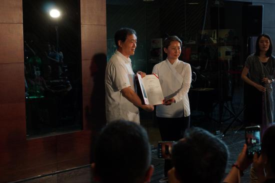 国家大剧院副院长朱敬女士向王建中教授颁发收藏证书