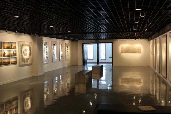 """""""水+墨:中国的新艺术""""展览现场"""