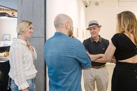 Peter Drake与《纽约心境》开幕来宾交流