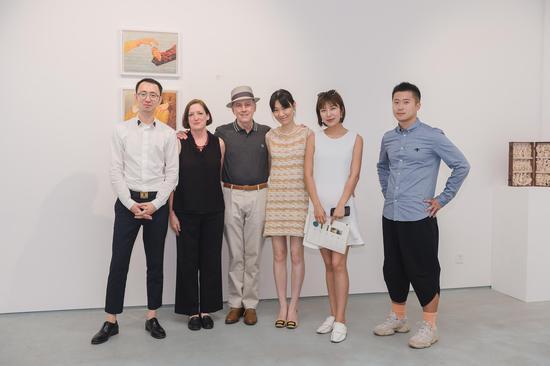 从左至右:X Gallery创始人Charles,Peter Drake夫人Janice,Peter Drake,X Gallery主理人于晓楠,藏家Nikko,《纽约心境》策展人吴建楠。
