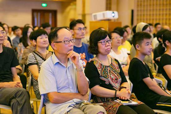 讲座现场认真听讲的观众